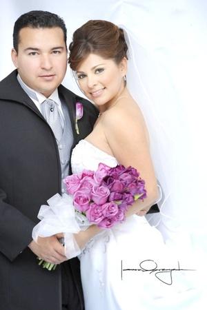 Ing. Héctor Cárdenas García y M.C. Aída Ireri Guajardo Vela contrajeron matrimonio en la parroquia de Los Ángeles el sábado siete de marzo de 2009.   <p> <i>Estudio Laura Grageda</i>