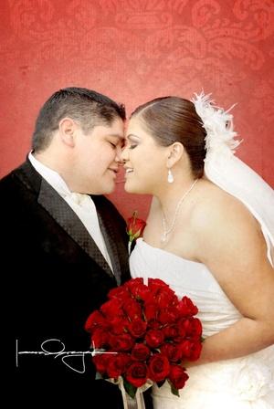 Sr. Antonio Chavarría Montemayor y Srita. Cynthia Escobar Mancha unieron sus vidas en sagrado matrimonio en la parroquia Jesús Maestro el sábado 28 de febrero de 2009. <p> <i>Estudio Laura Grageda</i>