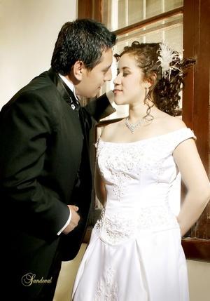 Sr. Uriel Castañeda Aguirre y Srita. Karla Castañeda Hernández contrajeron matrimonio en la parroquia de La Inmaculada Concepción el sábado 21 de marzo de 2009.   <p> <i>Sandoval Fotografía</i>