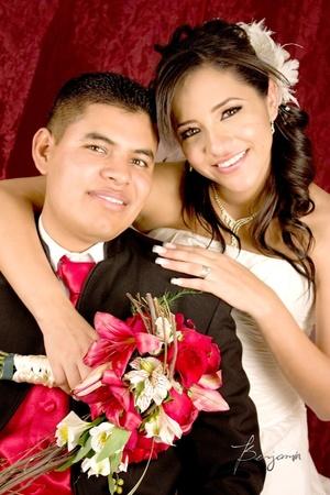 Sr. Paulo Omar Zamora Fernández y Srita. Michelle Villegas Núñez contrajeron matrimonio en la parroquia Los Ángeles el viernes 20 de marzo de 2009.  <p> <i>Benjamín Fotografía</i>