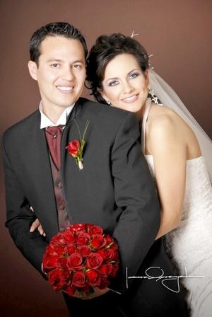 Sr. Javier Alarcón Hernández y Srita. Cynthia Esquivel Olivas contrajeron matrimonio en la parroquia de La Medalla Milagrosa el pasado sábado 14 de febrero de 2009.  <p> <i>Estudio Laura Grageda</i>
