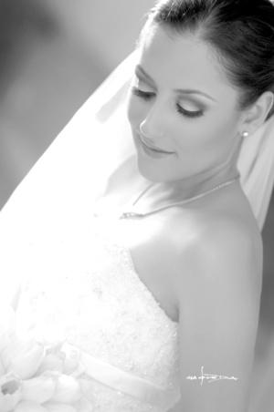 Srita. Grace de la Garza el día que contrajo matrimonio con el Sr. Gerardo Valdés <p> <i>Estudio Carlos Maqueda.</i>