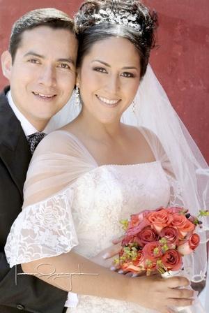 Sr. Óscar Cisneros Sánchez y Srita. Minerva García Treviño el día que contrajeron matrimonio en la Hacienda Los Ángeles el sábado 21 de febrero de 2009.  <p> <i>Estudio Laura Grageda</i>