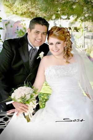Ing. Carlos Renovato García e Ing. Mayje Carolina Almaraz Durán contrajeron matrimonio en la parroquia de San Pedro Apóstol el sábado 21 de febrero de 2009.  <p> <i>Studio Sosa</i>
