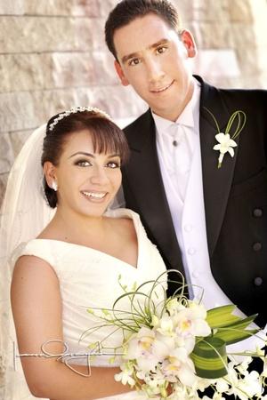 Sr. Manolo Cuerda Salazar y Srita. Claudia Alessandra Hernández de la Peña contrajeron matrimonio en la parroquia de La Inmaculada Concepción el sábado 21 de marzo de 2009.  <p> <i>Estudio Laura Grageda</i>