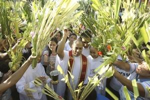 Cientos de cristianos portando ramas de palma entretejida marcaron el Domingo de Ramos en Jerusalén, en celebración de la entrada triunfal de Jesucristo a la ciudad santa hace dos milenios.
