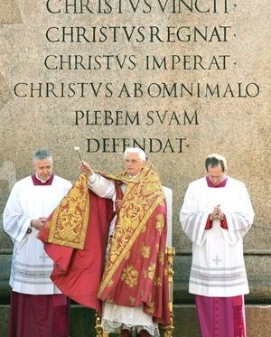 Durante la homilía de la misa Joseph Ratzinger invitó a los católicos a abrirse a los demás porque 'quien ama la propia vida la perderá'.