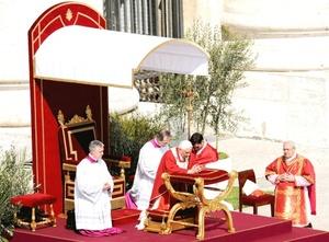 La ceremonia comenzó con la bendición papal de cientos de ramos de olivo y palma seguida por una procesión encabezada por el obispo de Roma.