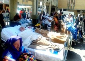 Los evacuados intentan resguardarse en las tiendas de campaña habilitadas en los dos centros deportivos al aire libre habilitados como puntos de encuentro en la capital de Los Abruzos.