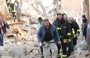 El primer ministro Silvio Berlusconi declaró el estado de emergencia que permite la entrega de fondos federales para atender el desastre.