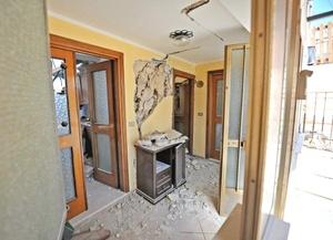 El ministro del Interior Roberto Moroni, quien llegó a L'Aquila horas después del terremoto, señaló que habían muerto 50 personas.
