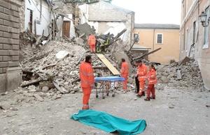 En las primeras horas de la mañana, la policía paramilitar Carabinieri dijo que el sismo había dejado al menos 20 muertos, incluidos cinco niños, y unos 30 desaparecidos.