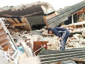 Un hombre busca entre los escombros de su casa tras el terremoto de 5.8 grados de magnitud en la escala de Richter que sacudió el centro de Italia durante la madrugada, en Onna, en la región de L'Aquila (Italia).