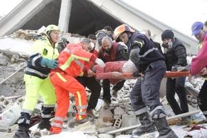 Las autoridades anticiparon un posible aumento de la cifra fatal conforme las cuadrillas de rescate se abran paso entre los escombros.