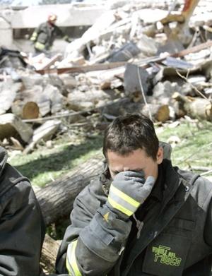 Los bomberos, apoyados con perros, buscaban a personas entre inmuebles derrumbados.