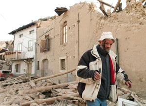 Las autoridades dijeron que un dormitorio universitario se derrumbó y un hotel resultó fuertemente dañado en la ciudad.