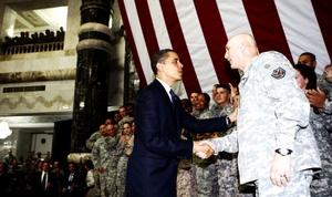 Obama se desplazó por carretera a la base aérea estadounidense Camp Victory, donde recibió a Maliki y Talibani.