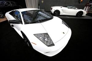 Lamborghini coupe y convertible exhibidos en Nueva York en el Espectáculo Internacional Automático.
