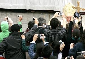 Benedicto XVI añadió que la resurrección de Cristo ilumina las zonas oscuras del mundo en que vivimos.