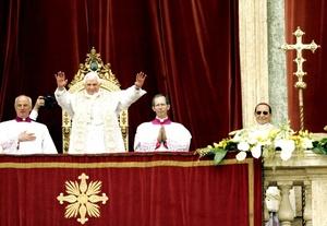 A lo largo de la misa Benedicto XVI pronunció una homilía y dió la bendición 'urbi et orbi' (a la ciudad y al mundo) desde la logia central de la Basílica de San Pedro.