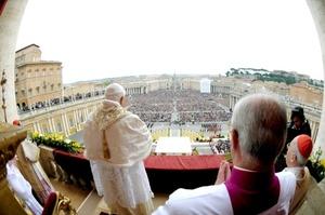 El la última jornada de la Semana Santa, el pontífice ingreso a la plancha asfáltica en medio de la aclamación de los fieles presentes, quienes aplaudían, entonaban cantos, agitaban banderas y estandartes.