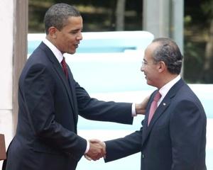 El presidente Felipe Calderón dio la bienvenida a su homólogo estadounidense, Barack Obama, en una ceremonia realizada en la residencia oficial de Los Pinos.