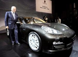 El nuevo modelo será ofrecido en tres versiones, comenzando con el más básico que lleva un motor V8 de 4.8 litros, que desarrolla una potencia máxima de 400 caballos de fuerza y como opción podrá disponer de la caja de cambios de doble embrague y siete velocidades PDK (Porsche-Doppelkupplung).