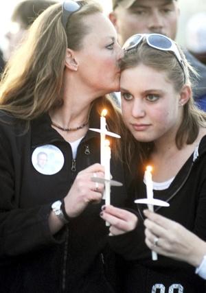 En la versión apresurada de lo ocurrido en Columbine surgieron rumores: que a una chica la mataron después de responder que sí creía en Dios, o que Klebold y Harris se sentían víctimas de abusos de otros estudiantes.