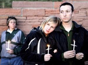 La matanza de Columbine provocó un enorme despliegue de medios audiovisuales, sobre todo cuando los equipos de operaciones especiales de la policía rodearon la escuela, ayudaron a decenas de alumnos, empleados y maestros a escapar, y encontraron muertos a Klebold y Harris.