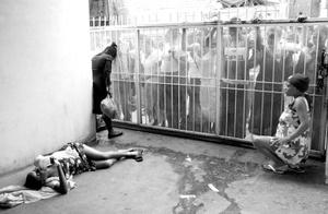 Mujer embarazada sufre contracciones mientras espera una cama en Puerto Príncipe, el 22 de noviembre de 2008.