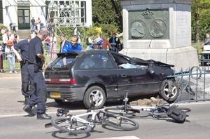 Un coche de color negro irrumpió a gran velocidad desde un cruce y arrolló a parte del público que presenciaba el desfile para terminar estrellándose.