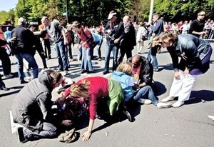 Otros agentes prestaron primeros auxilios a los espectadores heridos antes de ser conducidos a un hospital.