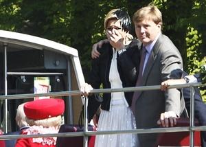 Las imágenes televisivas mostraron cuando el príncipe y su esposa se paraban de sus asientos en la plataforma del autobús descubierto y miraban asombrados.