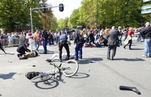La televisión holandesa dijo que hubo dos muertos y una decena de heridos, pero la policía de Apeldoorn no confirmó la cifra de bajas ni dio otros detalles.