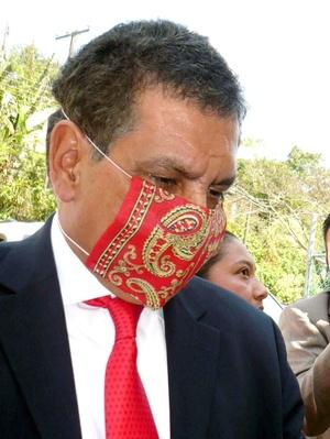Elabora el Gobernador de Veracruz su cubrebocas.