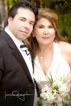 Sr. Carlos Tohme Canales y Sra. Estela Soto Cantú celebraron su onceavo aniversario de bodas el sábado cuatro de abril de 2009.  Estudio Laura Grageda