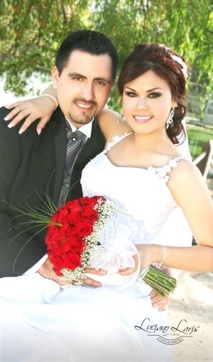 Sr. Jorge Luis Chávez Arámbula y Srita. Claudia Guadalupe de León Briviescas contrajeron matrimonio el sábado 21 de marzo de 2009.  Estudio Luciano Laris