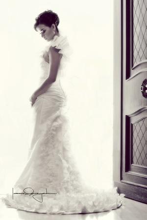 Srita. Helga Lilia Perches Ramírez el día de su boda con el Sr. Alfredo Flores Hernández. <p> <i>Estudio Laura Grageda</i>