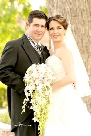 Sr. Bernabé Iruzubieta R. y Srita. Mariana López V. unieron sus vidas en sagrado matrimonio en la iglesia de La Medalla Milagrosa el sábado 04 de abril de 2009.  Maqueda Fotografía