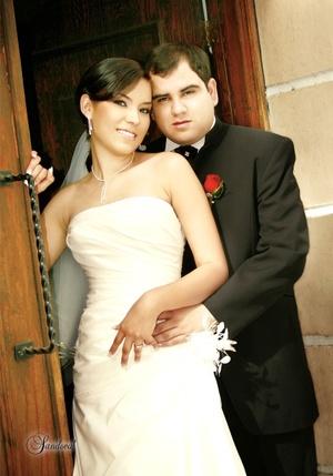 Sr. Héctor Francisco Rodríguez Cuéllar y Srita. Nadia Elizabeth Moya Fernández contrajeron matrimonio en la Iglesia Casa de Oración el sábado cuatro de abril de 2009.  Sandoval Fotografía