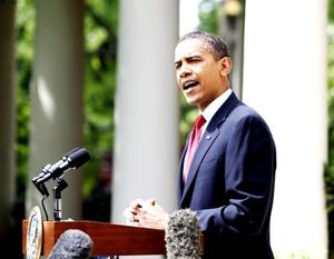 Obama, que desayunó con familiares de militares muertos en combate, participó en un acto frente al monumento del soldado desconocido en Arlington con motivo del Día de los Caídos (Memorial Day).
