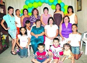 02062009 Gloria Araceli López junto a las asistentes a su fiesta de canastilla, organizada a todo detalle por Bety Soto.