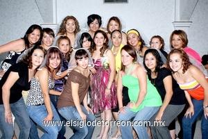 02062009 Novia. Georgina acompañada de sus amigas asistentes a su despedida de soltera efectuada el 23 de mayo pasado.