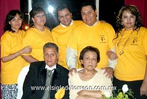 02062009 Esperanza, Estela, Ángel, Juan y Lorena Serna Méndez junto a sus papás Manuel Serna y Estela Méndez.