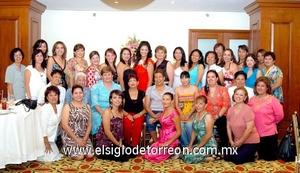 03062009 Érika acompañada de un grupo de invitadas a su primera despedida de soltera.