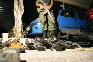 El comandante de la 27 Zona Militar, Daniel Velasco Ramírez, presentó el armamento utilizado y asegurado a los facinerosos en el interior de una finca.