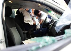 Tres policías municipales de Acapulco fueron asesinados un día después de que un tiroteo de cinco horas en la zona hotelera de ese destino turístico dejara 16 sicarios y dos militares. muertos.