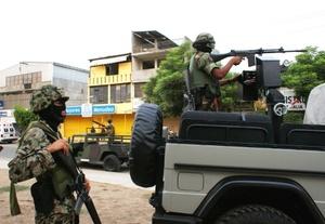 Durante el enfrentamiento que se prolongó por espacio de cuatro horas, murieron dos civiles que transitaban por el lugar mientras que un tercero resultó herido.