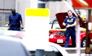 Alan Etter, vocero del Departamento de Bomberos de Washington, dijo que ambulancias de los servicios de emergencia trasladaron a hospitales a dos personas con heridas de bala.