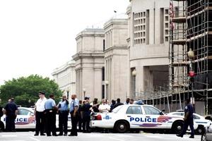 El museo, está protegido habitualmente por un extenso equipo de guardias de seguridad situados tanto en el interior como en el exterior del edificio.